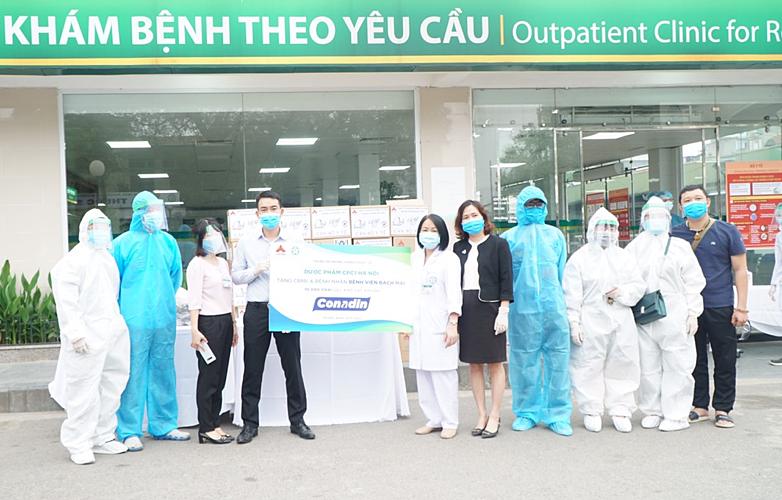 Đại diện Công ty Dược phẩm CPC1 Hà Nội trao tặng Conadin cho Bệnh viện Bạch Mai hôm 29/3.