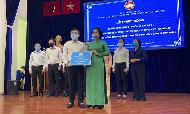 Ông Dương Tấn Trước - Phó tổng giám đốcCông ty CP Đầu tư Xây dựng Xuân Mai Sài Gòn, trao 5 tỷ đồng cho đại diện Ủy ban Mặt trận Tổ quốc Việt Nam TP HCM nhằm phòng, chống dịch Covid-19.