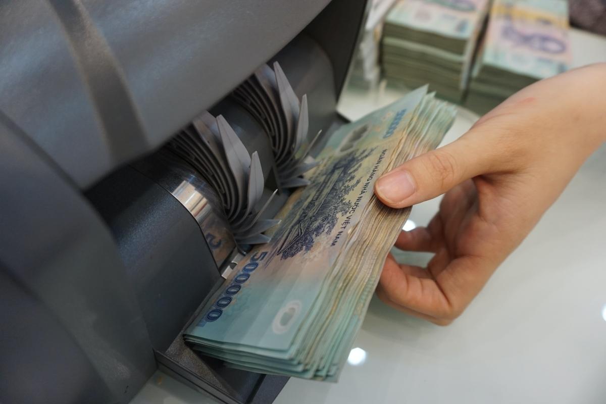 Photo of Lãnh đạo ngân hàng giảm nửa lương vì Covid-19