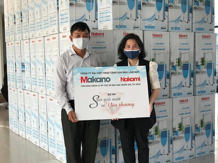 Đại diện nhãn hàng Makano -Nakami (phải) trao500 máy làm mát cho khu cách ly tại ký túc xã ĐH Quốc gia TP HCM.