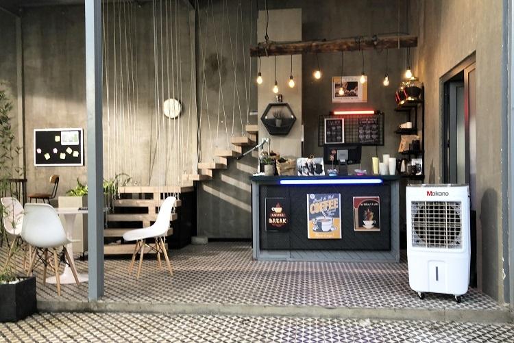Máy làm mát Makano tại không gian quán cà phê.