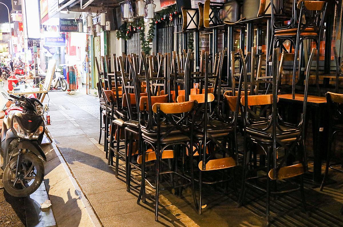 Hàng loạt nhà hàng, quán bar, beerclub,massage tại phố đi bộ Bùi Viện đóng cửa tối 14/3. Ảnh: Quỳnh Trần.