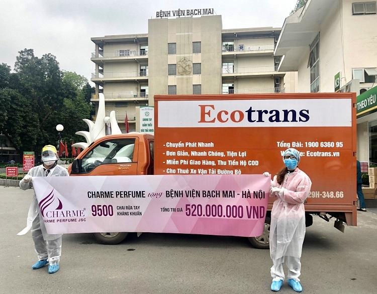 Nhân viên Charme Perfume tại sự kiện trao 9.500 chai rửa tay kháng khuẩn tại bệnh viện Bạch Mai.