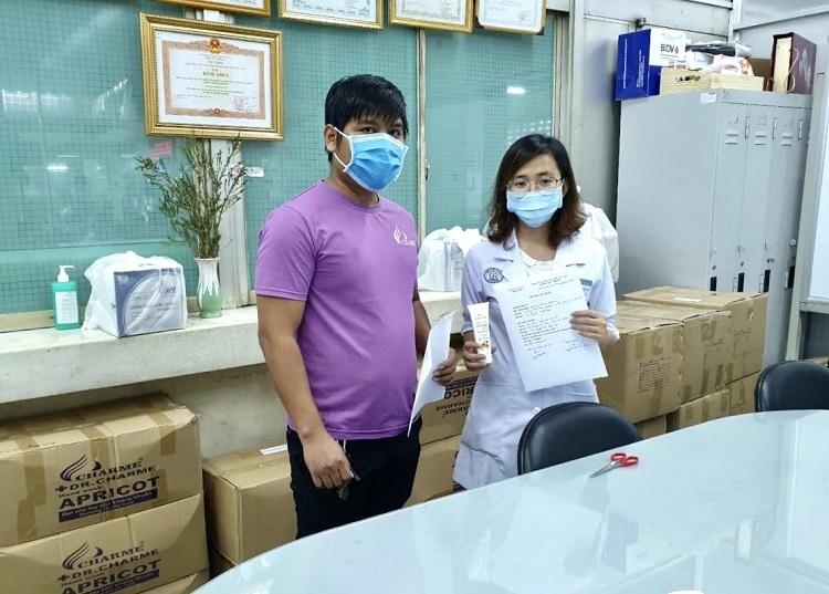 Đại diện Charme Perfume trao gel rửa tay cho đại diện bệnh viện Chợ Rẫy TP HCM.