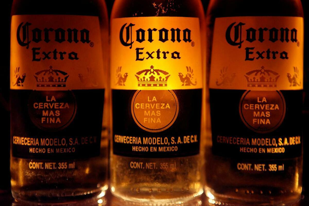Bia Corona được bày bán tại Mexico City (Mexico). Ảnh: Reuters
