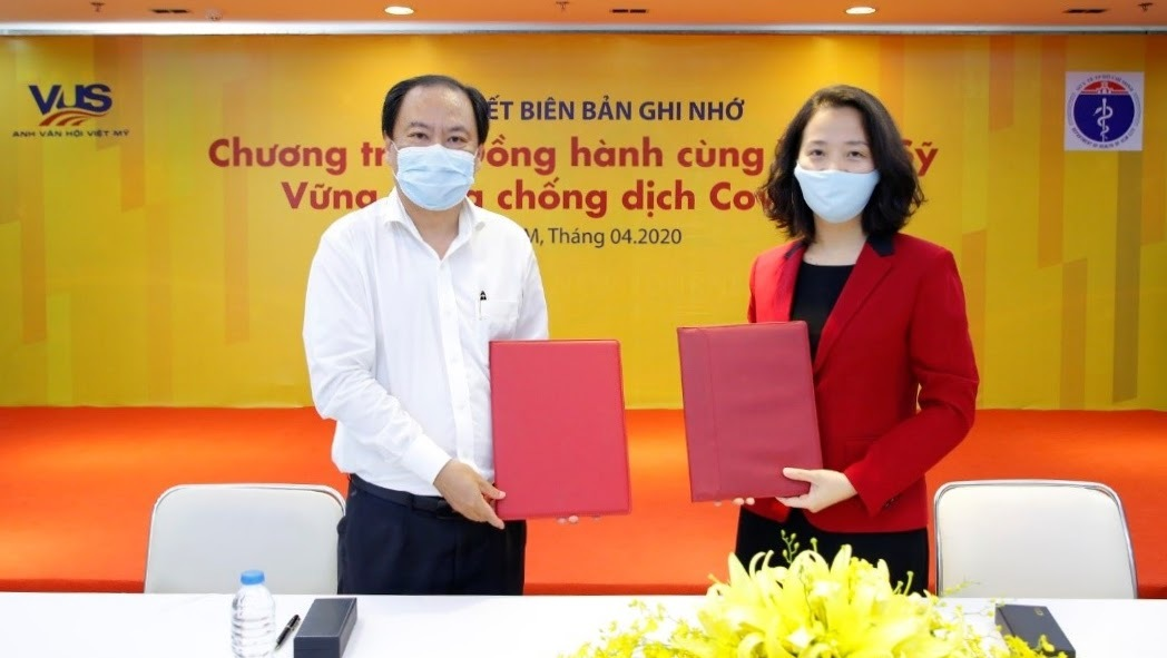 Ông Nguyễn Hoài Nam - Phó giám đốc Sở Y tế TP HCM và đại diện hệ thống Anh văn Hội Việt Mỹ (VUS) ký biên bản ghi nhớ hợp tác.