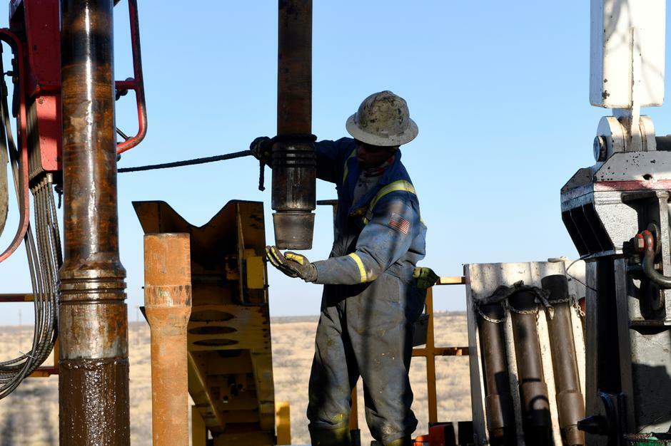 Công nhân làm việc trong một cơ sở khai thác dầu ở Texas (Mỹ). Ảnh: Reuters