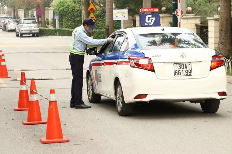 Đội ngũ an ninh Ciputra Hanoi đo thân nhiệt tất cả các khách vào Khu đô thị.