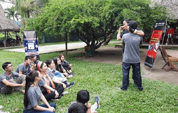 Huấn luyện viên KNST Corp hướng dẫn các học viên.