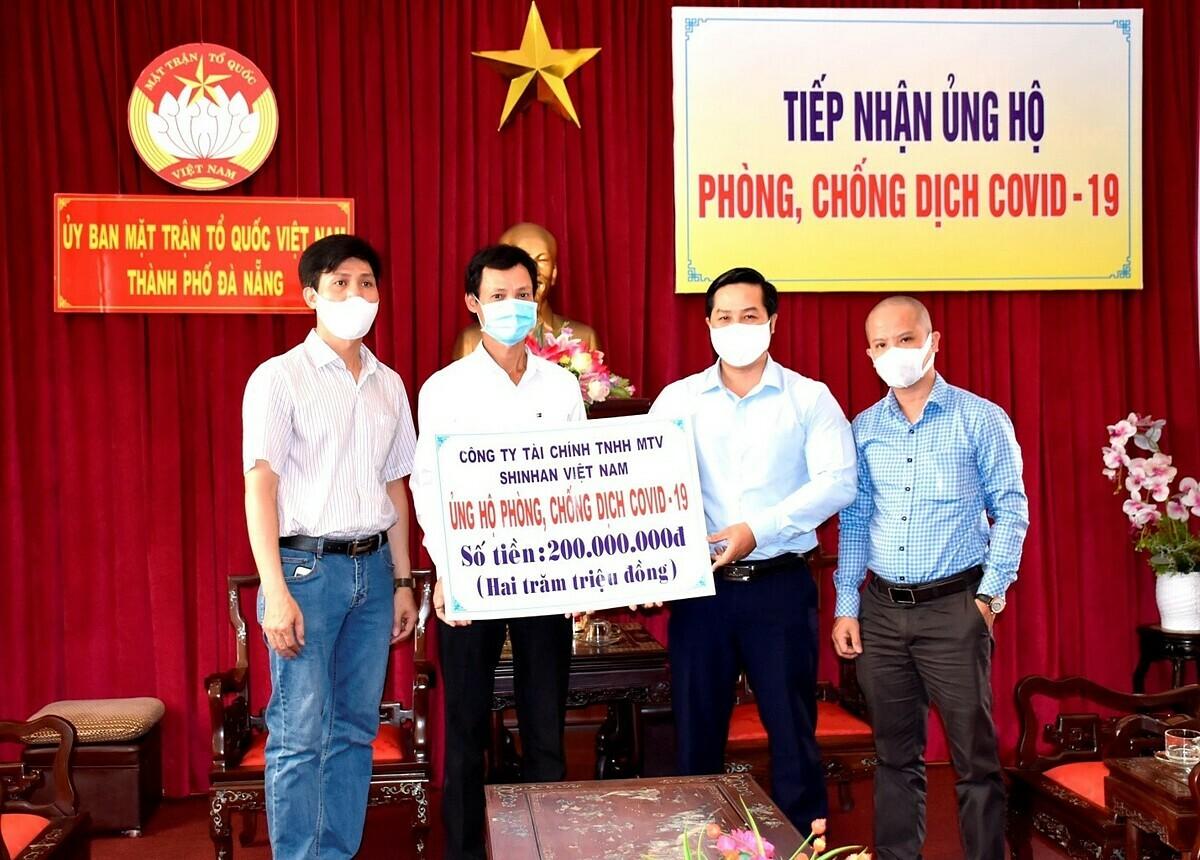 Cùng ngày 3/4, số tiền đóng góp 200 triệu đồng cũng được Shinhan Finance trao tặng tại Ủy ban Mặt trận Tổ quốc Việt Nam - Thành phố Đà Nẵng.