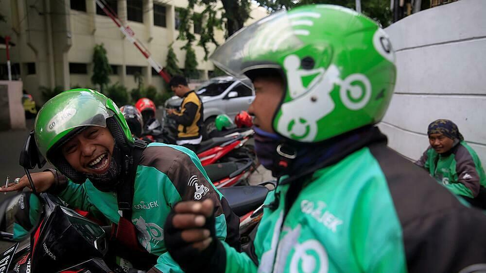 Các tài xế chạy xe Gojek tại thủ đô Jakarta của Indonesia. Ảnh: Nikkei.