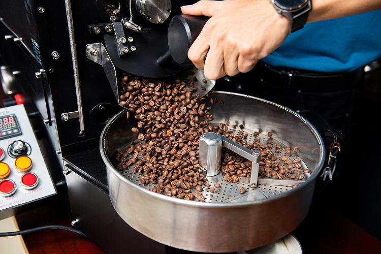 Những thiết bị pha chế chỉ chấp nhận café hạt sạch, không tẩm ướp, pha trộn. Ảnh: Tuyết Nhung.