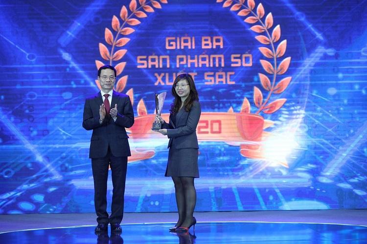 Bộ trưởng Bộ Thông tin và Truyền thông Nguyễn Mạnh Hùng trao giải Ba cho đại diện VNPT eKYC. Ảnh: Ngọc Thành.