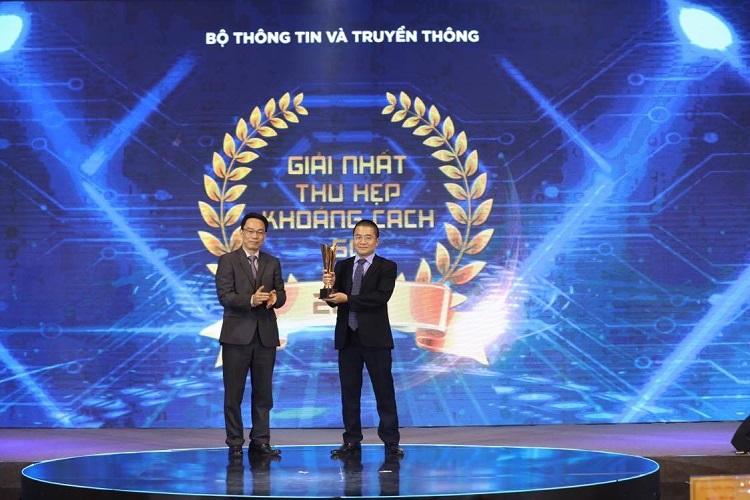 Thứ trưởng Bộ Giáo dục và Đào tạo Hoàng Minh Sơn trao giải Thu hẹp khoảng cách số cho đại diện VNPT với sản phẩm vnEdu 4.0. Ảnh: Ngọc Thành.