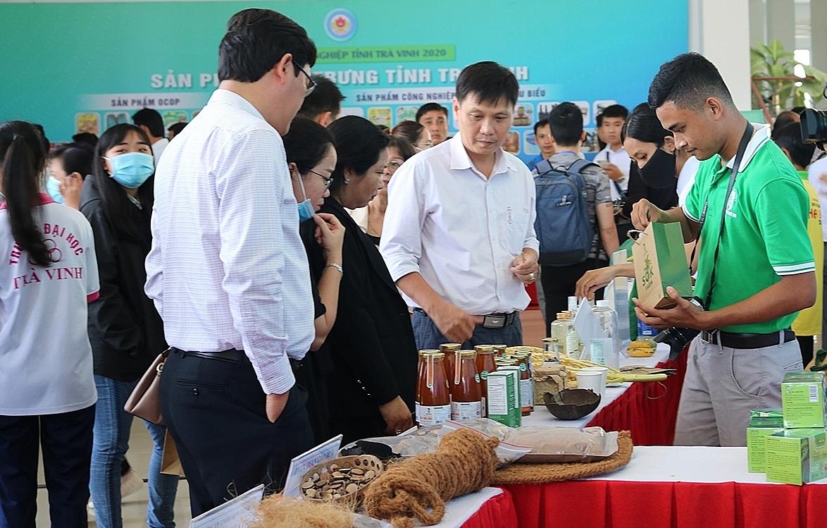 Khách tham quan gian hàng sản phẩm khởi nghiệp và đặc sản trong ngày hội. Ảnh: SME Trà Vinh.