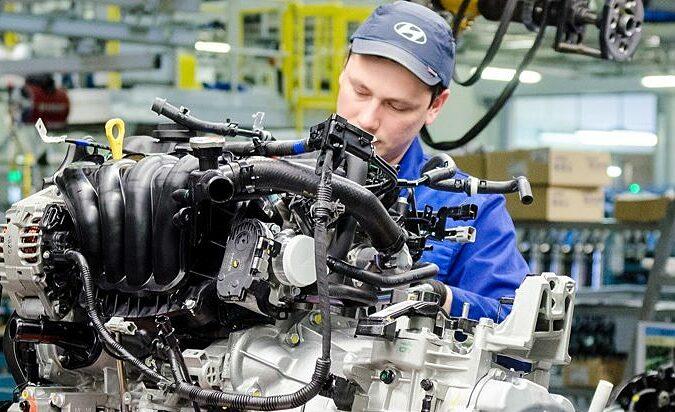 Một công nhân đang lắp ráp bộ phận ôtô tại nhà máy của Hyundai ở St. Petersburg. Ảnh: Rus Auto News.