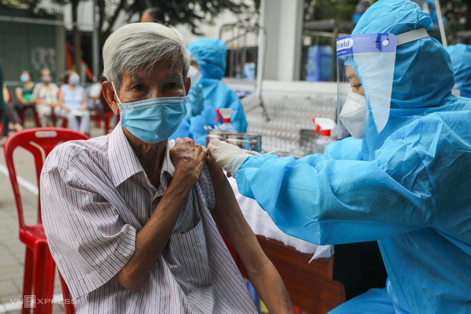 Người dân tiêm trên xe tiêm vaccine lưu động ở quận Gò Vấp, ngày 14/8. Ảnh:Quỳnh Trần
