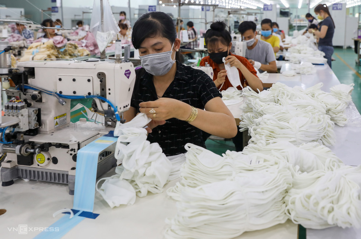 Công nhân một nhà máy may mặc tại Long An sản xuất khẩu trang, thời điểm trước giãn cách xã hội. Ảnh: Quỳnh Trần